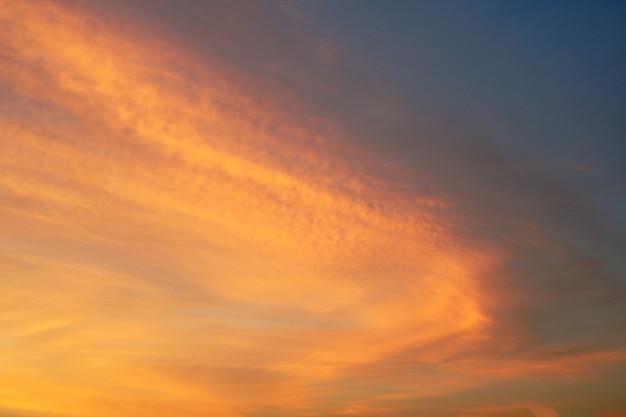 空の背景に夕日の雲