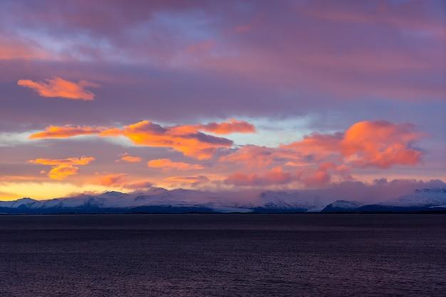 아이슬란드 호픈 스톡스네스 반도의 베스트라호른 산에서 겨울 얼음의 일몰 색
