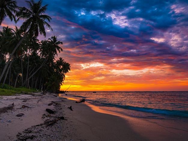 海、熱帯の砂漠のビーチ、ない人、嵐の雲、旅行先、インドネシアの劇的な夕焼け空バニャック諸島スマトラ
