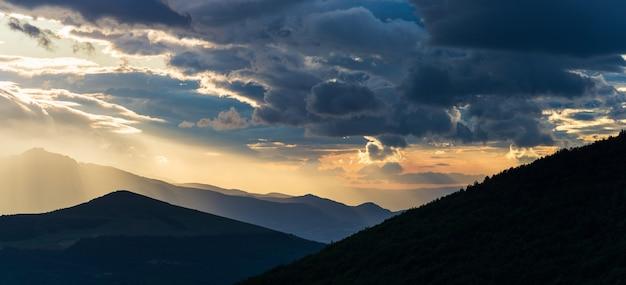 壮大な山脈のシルエット、マルケ、イタリアに沈む夕日の劇的な空