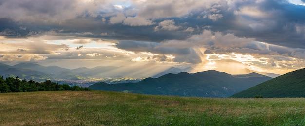 イタリア、マルケ州、ファブリアーノ市に沈む夕日の劇的な空