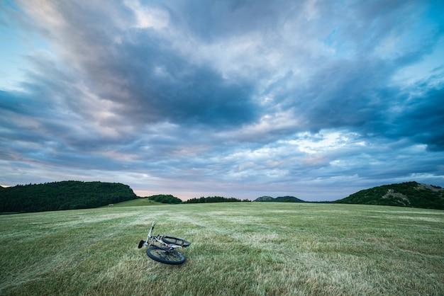 イタリア、マルケ州の牧草地に沈む夕日の劇的な空
