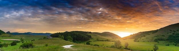 イタリア、マルケ州、モンテラーゴ高原に沈む夕日の劇的な空