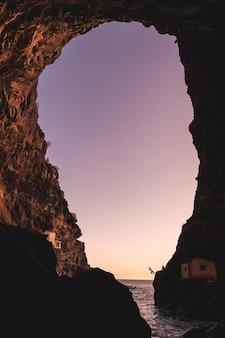 ラパルマ島の北西海岸にあるポリスデカンデラリアの町の洞窟の中からの夕日