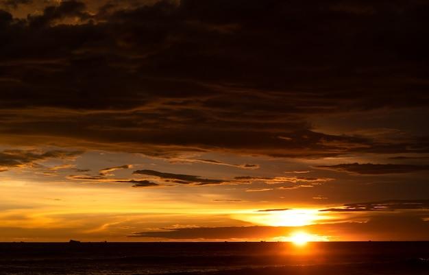 어두운 구름과 바다 위에 일몰 골든 아워