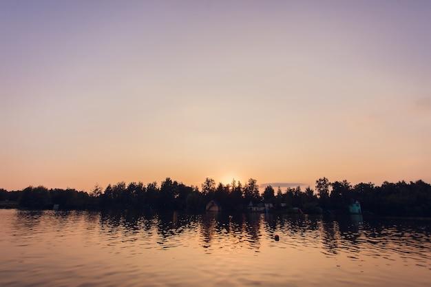 日没の地平線の水の川の風景。川の日没の地平線の風景。日没の川の地平線の風景。日没の川の反射。