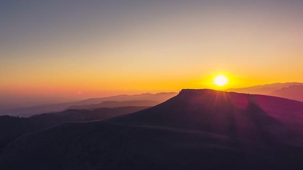 ルーマニア、ブチェジ山脈の夕日、空撮