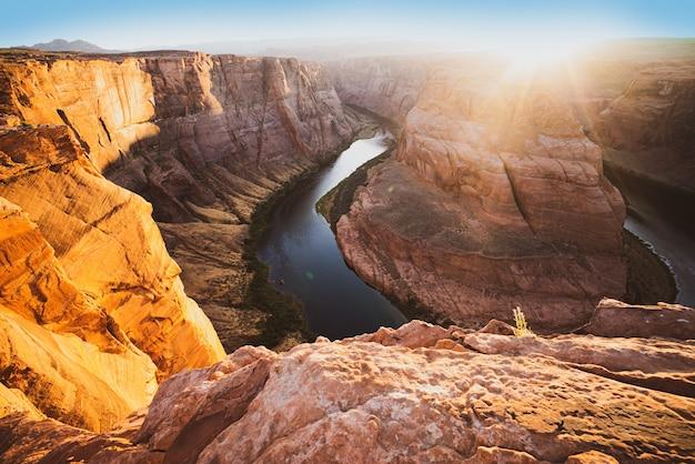 コロラドキャニオンの夕日。ホースシューベンド、ページ、アリゾナ。グランドキャニオン、コロラド川のホースシューベンド。