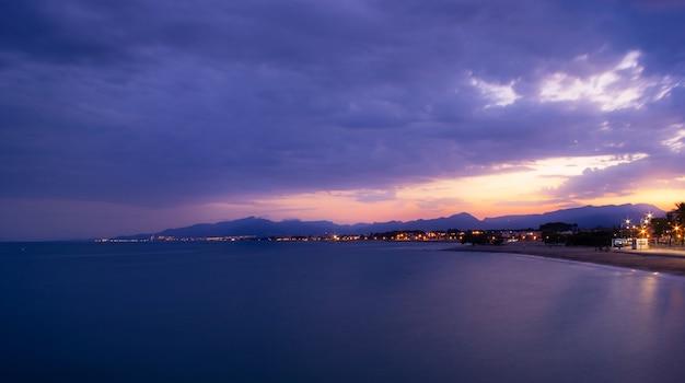 カンブリルス、カタルーニャ、スペインの海の前に沈む夕日。