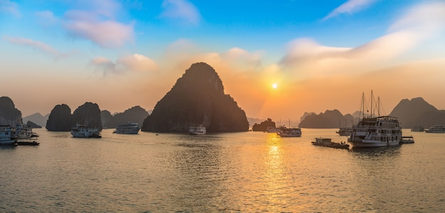 Закат в бухте галон, вьетнам