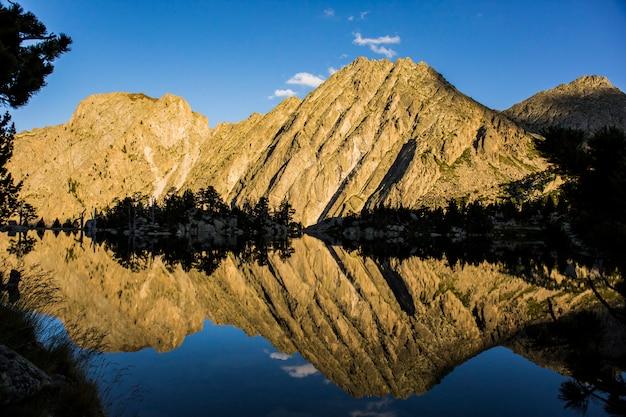 Закат в убежище хосепа марии бланк, айгуэстортес и национальный парк сан-мауриси, испания