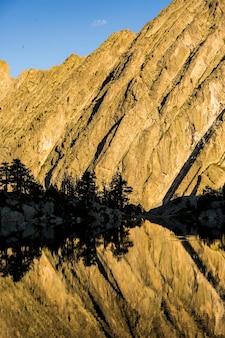 スペイン、アイグエストルタスとサントモーリチ国立公園のジョセップマリアブラン避難所の夕日