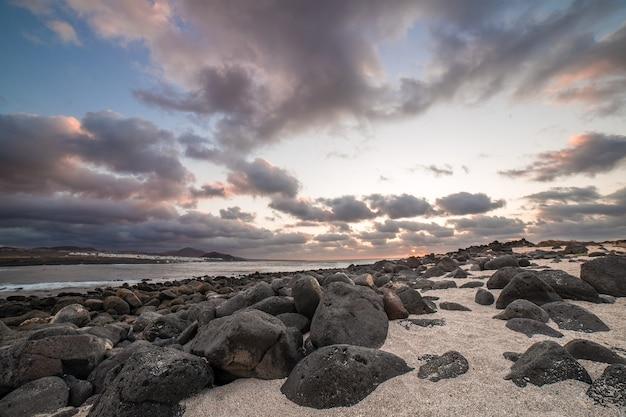 Закат в ла санта. лансароте, канарские острова, испания.