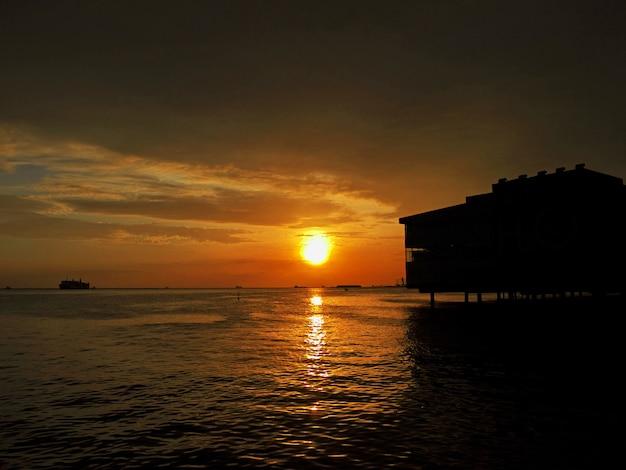 Закат в городе манила, филиппины