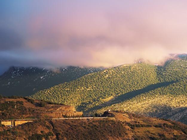Заход солнца в горе. деревня арахова, греция.