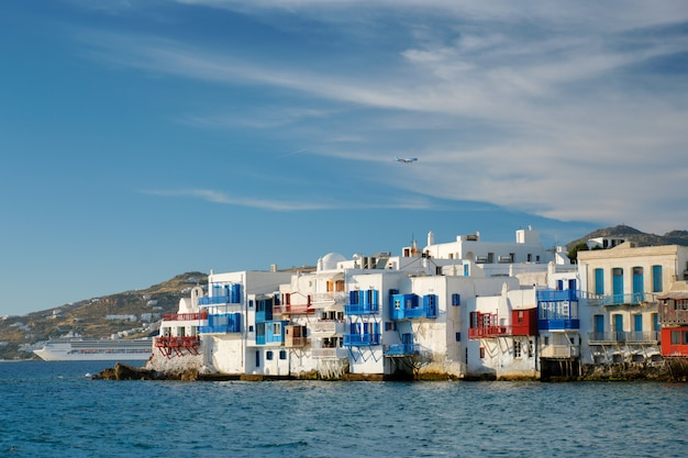 ギリシャのミコノス島の夕日、クルーズ船とヨットの港