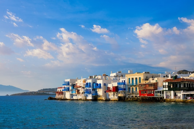 ミコノス島の夕日ギリシャのクルーズ船と港のヨット