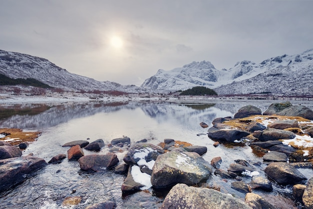冬のノルウェーのフィヨルドの夕日。ノルウェーのロフォーテン諸島