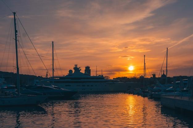 Закат в порту барселоны