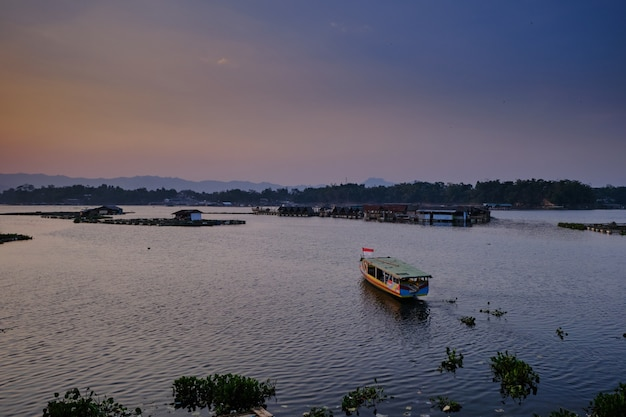 Закат на озере сагулинг, западная ява, индонезия