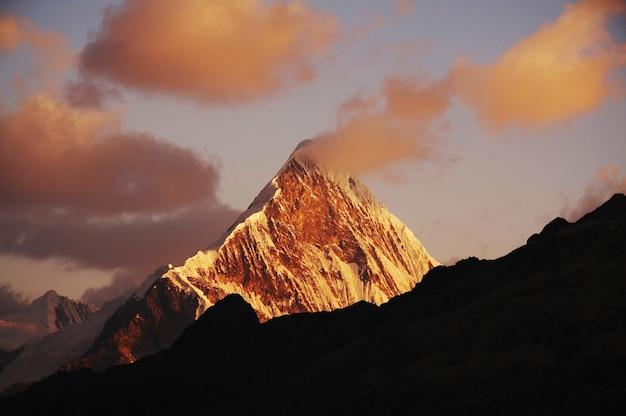 Закат в базовом лагере альпамайо