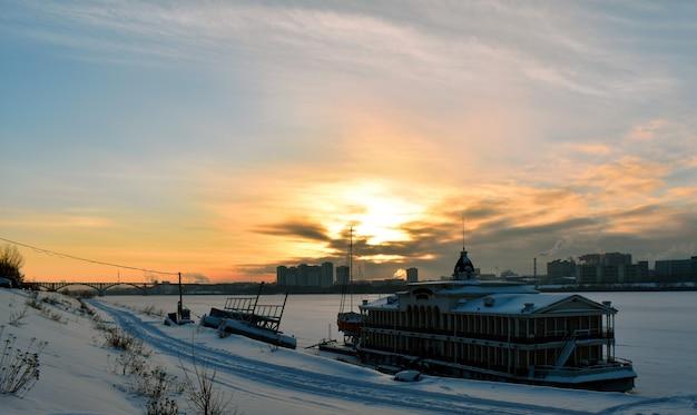 冬の街の夕日