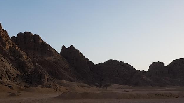 Закат в пустыне в египте. горный обрыв в пустыне на закате. природа и ландшафт.