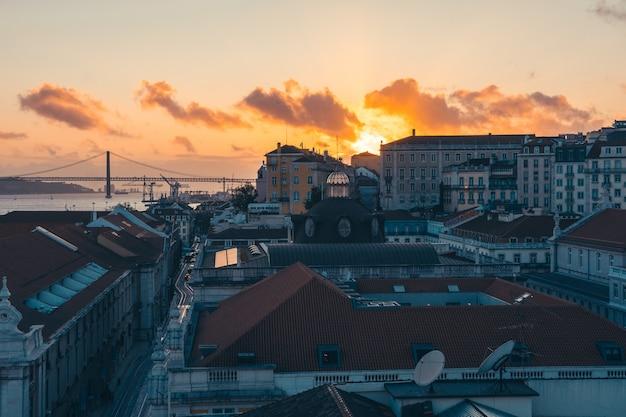 Закат в городе лиссабон в городе