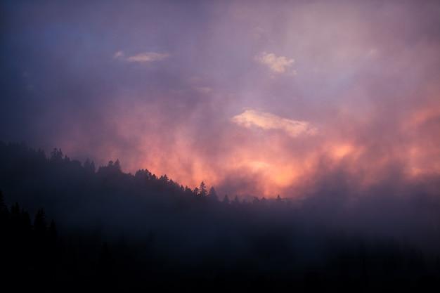 山に沈む夕日。場所ウクライナ、カルパティア。
