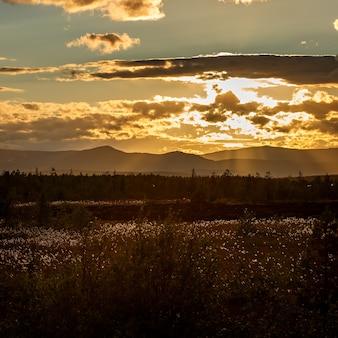 ロシア、コラ半島、ヒビヌイ山脈の夕日。