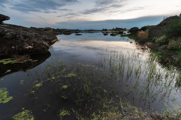 Barruecos의 자연 지역에서 일몰. 익스트림 마두 라. 스페인.