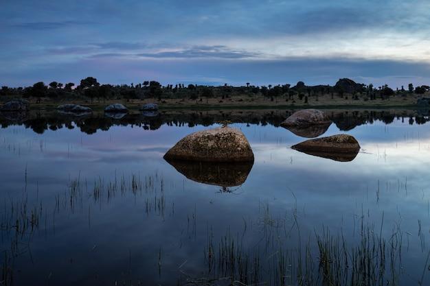 Barruecos의 자연 지역에서 일몰. 호수와 자연 경관