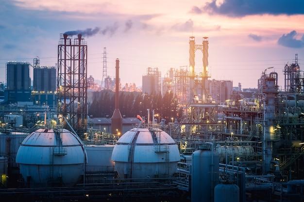 石油化学プラントの日没