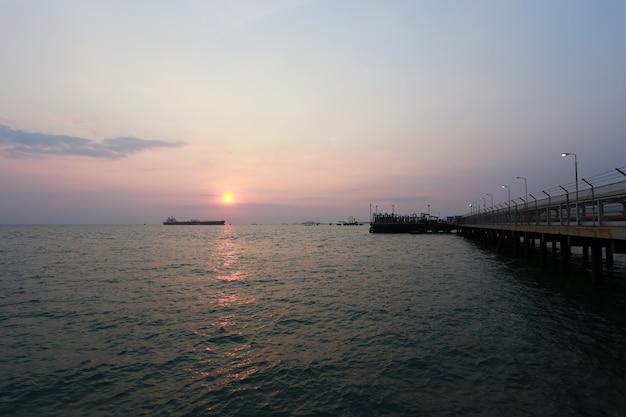 港の夕方の海の夕日。