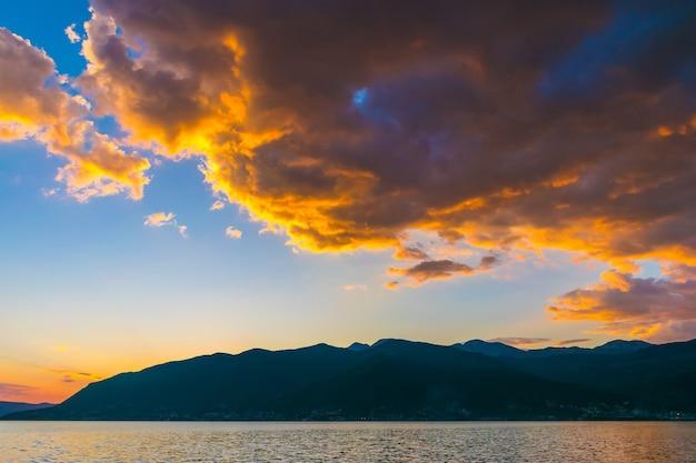 높은 산 위에 몬테네그로의 하늘에서 일몰.