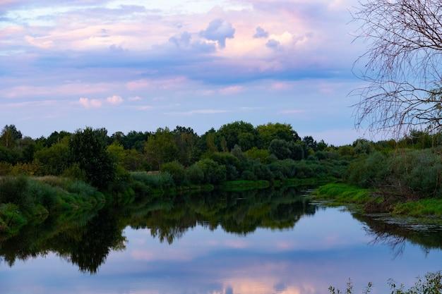 川に沈む夕日。