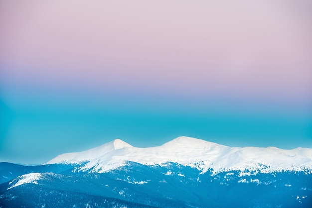 Закат в горах зимой, покрытых снегом. украина, говерла и петрос
