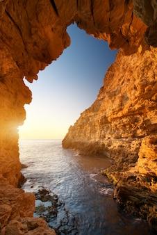 洞窟に沈む夕日