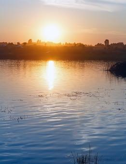 태양 반사와 일몰 호수 여름보기입니다.