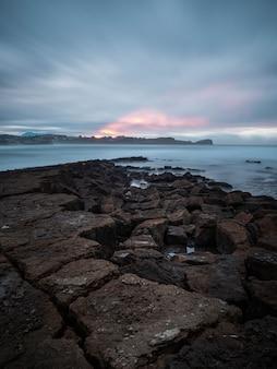 カンタブリア州ミエンゴのロスカバロスビーチの夕日の風景。曇りの午後の海景。