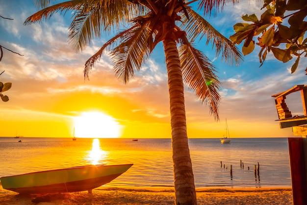 ウエストエンドビーチ、ロアタン島の日没の風景。ホンジュラス