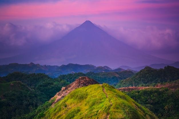 フィリピン、ルソン島のサンセットマヨン火山