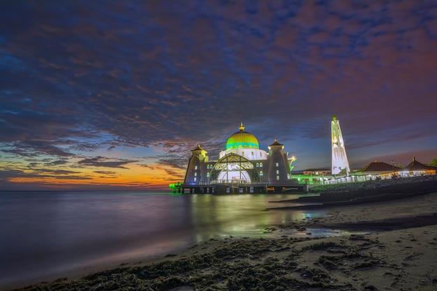 Моменты заката в мечети малаккского пролива (masjid selat melaka). это мечеть, расположенная на искусственном острове малакка недалеко от города малакка, малайзия.