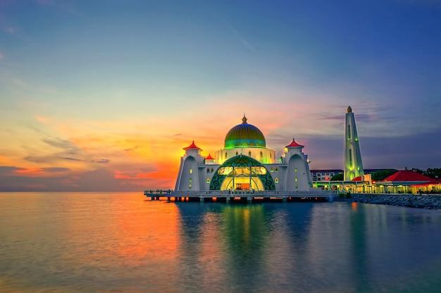 Malacca straits mosque(masjid selat melaka)의 일몰 순간, 말레이시아 말라카 타운 근처의 인공 말라카 섬에 위치한 모스크입니다.