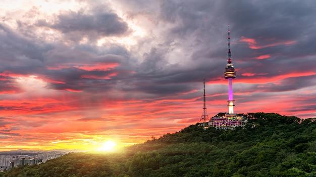 韓国ソウルのソウルタワーの夕日