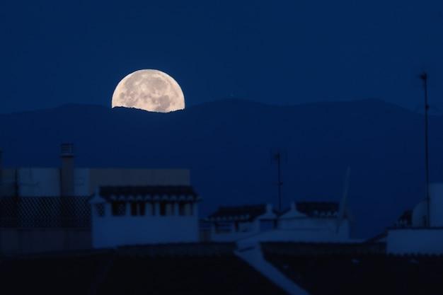 말라가에서 보름달의 일몰