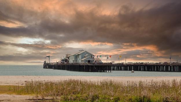 カリフォルニアのロングビーチで雲と空に沈む夕日