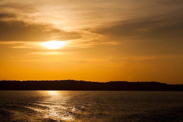 アマゾン川に沈む夕日