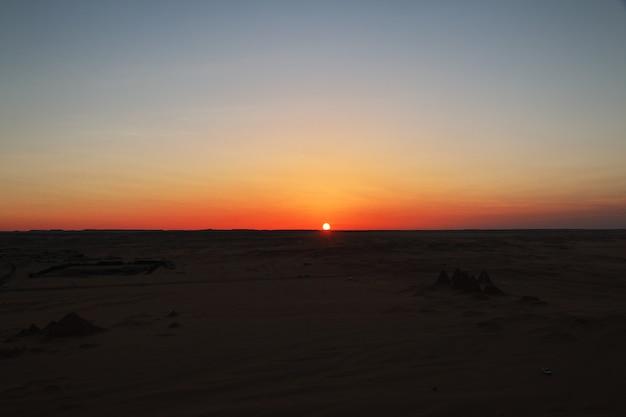 スーダンのサハラ砂漠の夕日