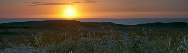 カザンティップ半島に沈む夕日(ウクライナ、クリミア半島、ショルキノの町)